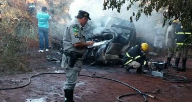 Batida frontal entre carro e carreta mata 6 pessoas na GO-164, em Goiás