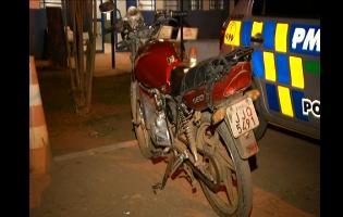 Ladrão rouba celular e esquece moto no local
