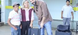 Prefeito Renato e a Secretaria de Promoção Social Salete carrilho faz entrega de beneficio a portadores de deficiências fisicas