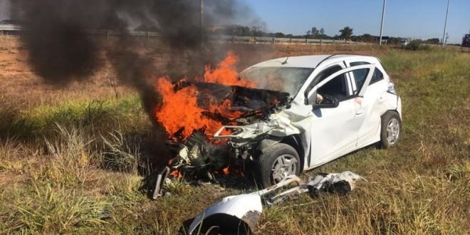 Jovem é preso após carro roubado capotar e pegar fogo na GO-020 em Bela Vista de Goiás