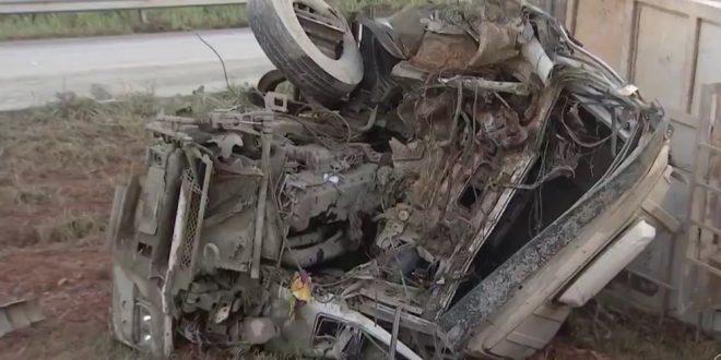 Motorista de caminhão morre após bater em carreta que transportava cimento, na BR-060, em Guapó