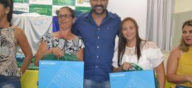 Prefeito Renato de Castro entrega notebooks  para assistentes das creches