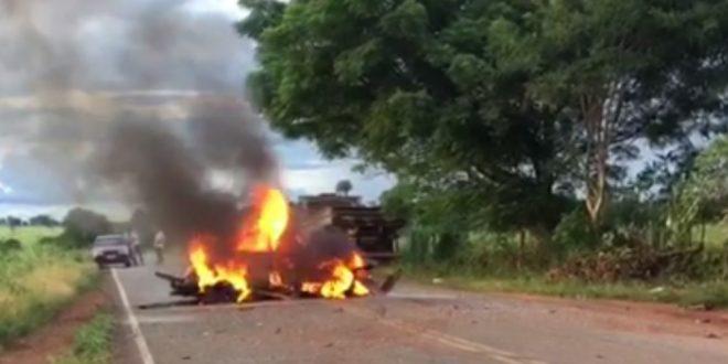Casal morre carbonizado após carro bater contra caminhão e pegar fogo, em Petrolina de Goiás Eles seguiam pela rodovia quando, de acordo com o Corpo de Bombeiros, fizeram uma manobra
