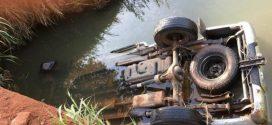 Quatro pessoas morrem após caminhonete cair em córrego em Fazenda Nova
