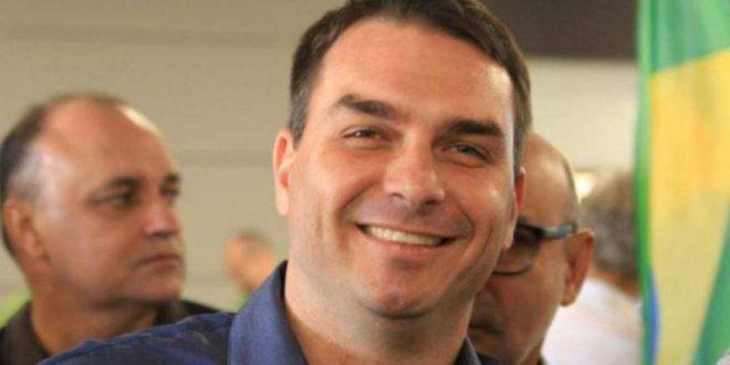 Acusado de envolvimento com milícias no Rio, Flávio Bolsonaro diz que processará Ancelmo Góis