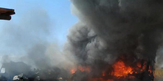 Carreta carregada de eletrodoméstico fica destruída após incêndio na BR-153 em Nova Glória