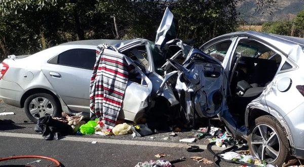 Acidente entre dois carros mata cinco pessoas na BR-020, em Flores de Goiás