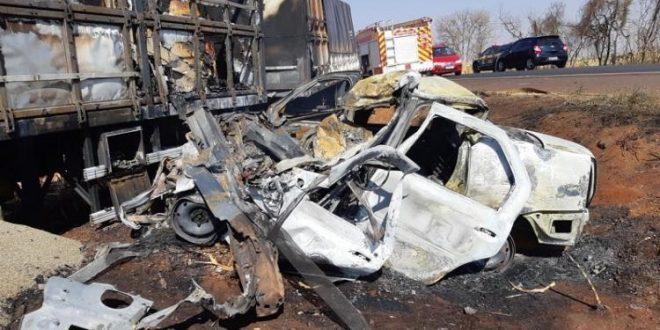 Após colisão com Bitrem, carro incendeia e motorista morre carbonizado em Santa Helena