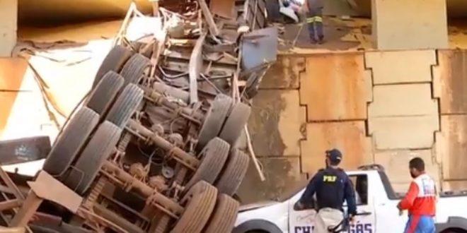 Carreta cai de viaduto e motorista fica preso às ferragens, em Itumbiara; vídeo