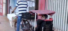Vendedor adapta carretinha em bicicleta para trabalhar e cuidar do filho durante a pandemia, em Santa Helena de Goiás