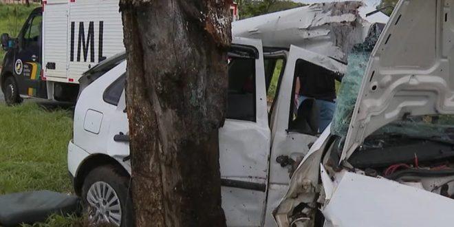 Passageira de carro que levava seis pessoas morre em acidente após voltar de festa em Goiânia, diz PM