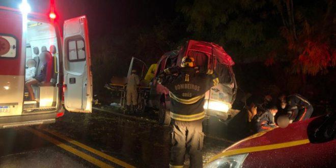 Acidente com van deixa dois mortos e seis feridos na BR-020, em Formosa