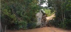 Carreta tomba ao passar em ponte na zona rural de Doverlândia