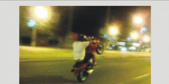 Menores empinando motos são apreendidos em Jaraguá, pais vão responder na justiça