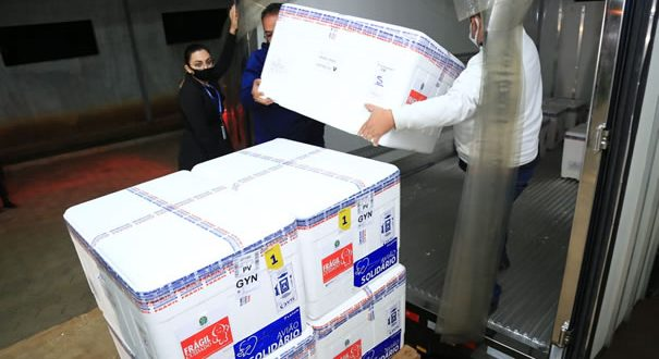 Governo de Goiás recebe novo lote com 99.800 doses de vacinas contra Covid-19
