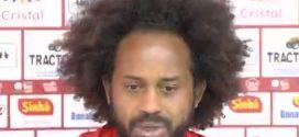Narrador e comentarista chamam cabelo black power de jogador de 'pesado' e 'imundo' durante jogo em Goiânia