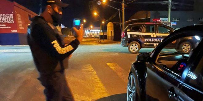 Noiva é multada por dirigir bêbada após sair do casamento em Anápolis, diz polícia