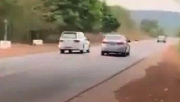 PRF flagra carro de funerária em ultrapassagem proibida na BR-153
